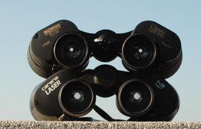 Der Blick in das Okular bietet Hinweise auf die Qualität der verwendeten Prismen: Bei den besseren BAK-4-Prismen erscheint die Austrittspupille kreisrund (oben), bei billigeren BK-7-Prismen ist sie rautenförmig verzerrt und kann von Spiegelungen begleitet sein (unten). Die Größe der Austrittspupille ist von der Vergrößerung abhängig: Oben ein 12×50 mit kleiner Austrittspupille, darunter ein 7×50, dessen Lichtbündel etwa dem durchschnittlichen Pupillendurchmesser des Auges entspricht.