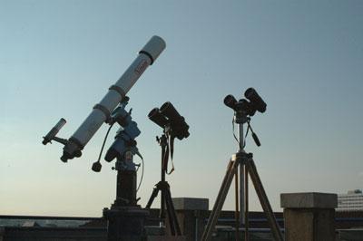 Teleskop und Fernglas stehen nicht in Konkurrenz zueinander, sondern ergänzen sich ideal.