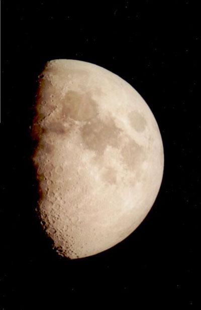 An der Grenze von Licht und Schatten zeigt der Mond die meisten Details.