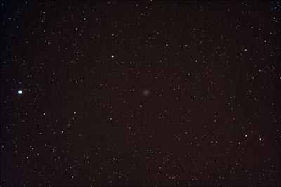 Supernovaüberreste sind im Gegensatz zu planetarischen Nebeln ausgedehnte, strukturlose Nebel, die nur schwer zu beobachten sind. Der kompakte M1 im Krebs gehört zu den hellsten Exemplaren.