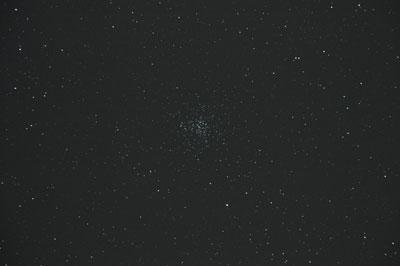 M37 ist der sternreichste offene Sternhaufen im Fuhrmann, kann aber erst bei etwas höherer Vergrößerung aufgelöst werden.