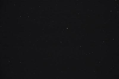 M40 ist ein unscheinbarer Doppelstern, der nur in kleinen oder sehr schlechten Geräten als Nebel erscheinen könnte.