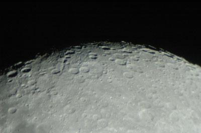 Die meisten Mondkrater lassen sich erst im Teleskop erkennen – sie profitieren von der deutlich höheren Vergrößerung.