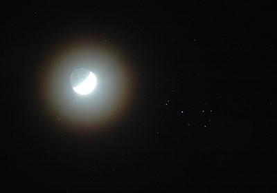 Wie groß Sternhaufen sein können, sieht man bei dieser Begegnung zwischen Mond und Plejaden. Aufnahme mit 135 mm Brennweite.