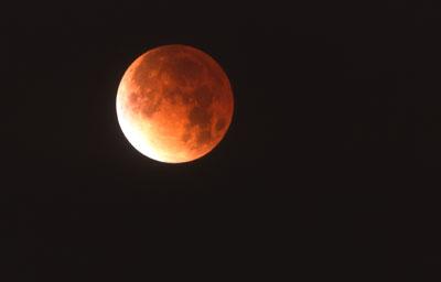 Eine Mondfinsternis kann man bereits mit bloßem Auge leicht verfolgen, im Fernglas lassen sich mehr Details erkennen.
