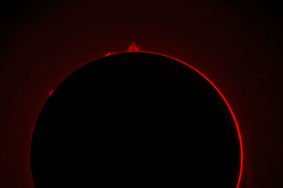 Nur Protuberanzenteleskope, die wie hier die Sonnenscheibe ausblenden und nur H-Alpha-Licht durchlassen, oder spezielle H-Alpha-Teleskope zeigen die Protuberanzen am Sonnenrand.