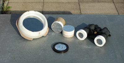 Selbstgebaute Folienfilter aus AstroSolar-Folie zur Sonnenbeobachtung sind zwar empfindlicher als Glasfilter (links), in der optischen Qualität sind sie ihnen aber teilweise sogar überlegen.