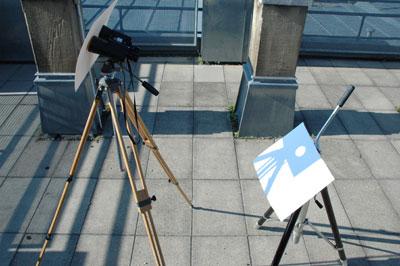 Die Sonnenprojektion ist die sicherste Methode zur Sonnenbeobachtung, solange niemand durch das Fernglas schaut. Die Blende am Fernglas erhöht den Kontrast und verdeckt ein Objektiv.