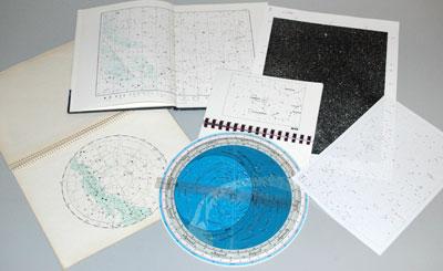 Egal, womit man beobachtet: Eine gute Sternkarte ist für die Orientierung am Himmel notwendig.